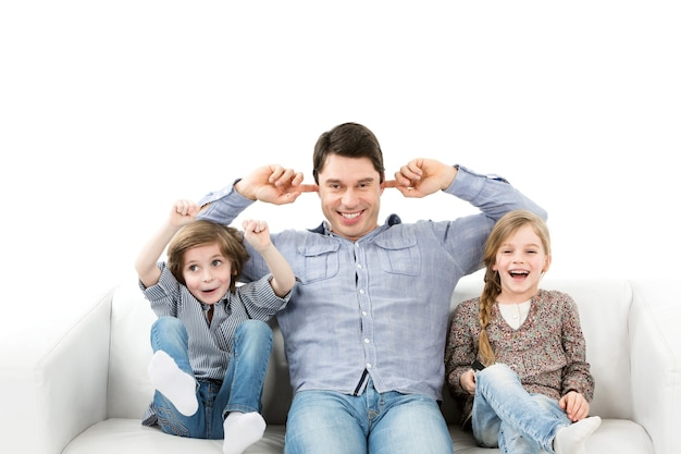 Emotionen der fans. familie emotional beobachtendes spiel im raum. isoliert.