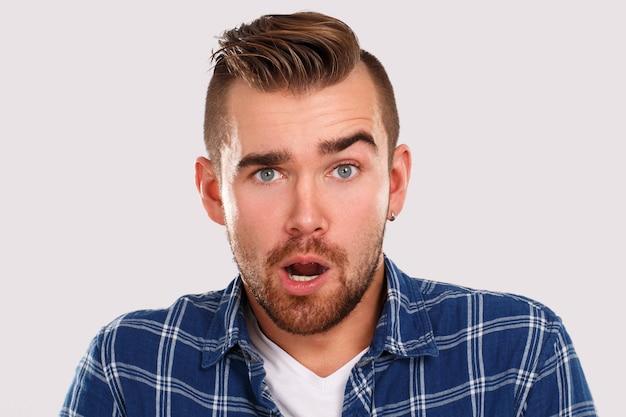 Emotionen. junger mann im blauen hemd