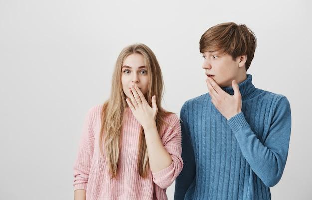 Emotionen. mädchen und mann schnappen nach luft, hören interessante neuigkeiten