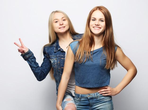 Emotionen, menschen, teenager und freundschaft zwei junge teenager