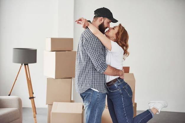 Emotionen und liebe. glückliches paar zusammen in ihrem neuen haus. konzeption des umzugs