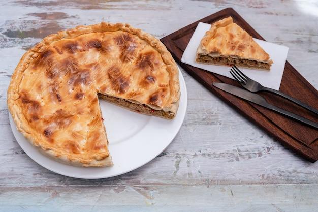 Empanada gallega, traditionelle pflanze der galizischen küche, in spanien, torte mit thunfisch und gemüse. traditionelle küche.