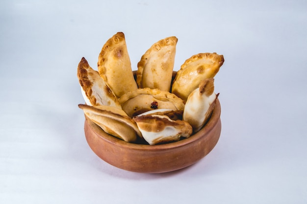 Empanadas aus argentinien in einem großen topf