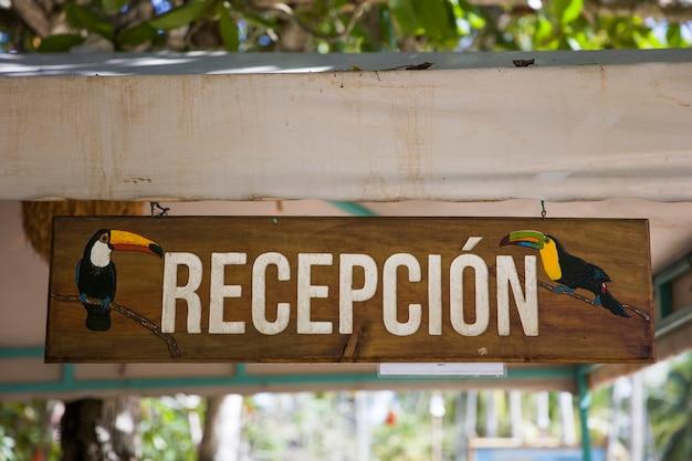 Empfang holzschild im hotel in kolumbien