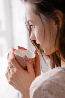 Empfindlicher morgen mit einer tasse köstlichem kaffee.