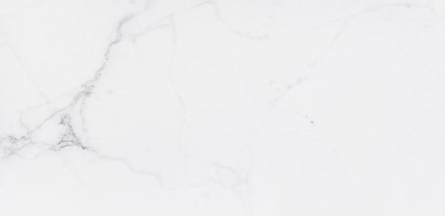 Empfindlicher weißer marmorimitat mit grauem streifenbeschaffenheitshintergrund. keramische baufliesen für design und interieur.