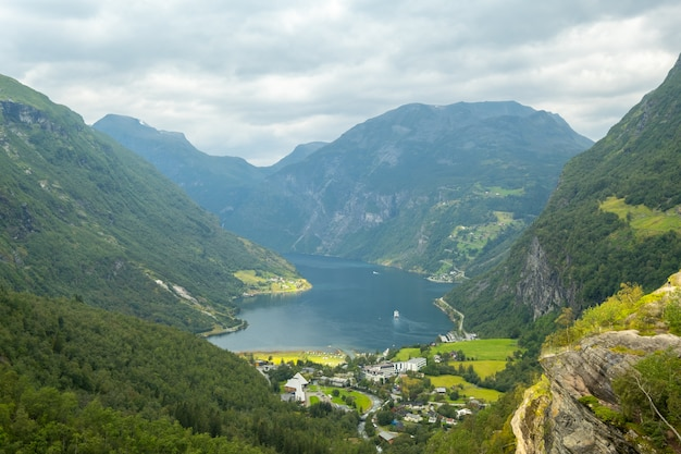 Ende des berühmten geiranger fjords, norwegen mit kreuzschiff