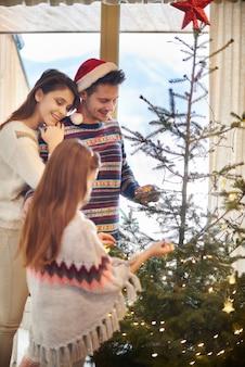 Endgültige dekoration des weihnachtsbaumes