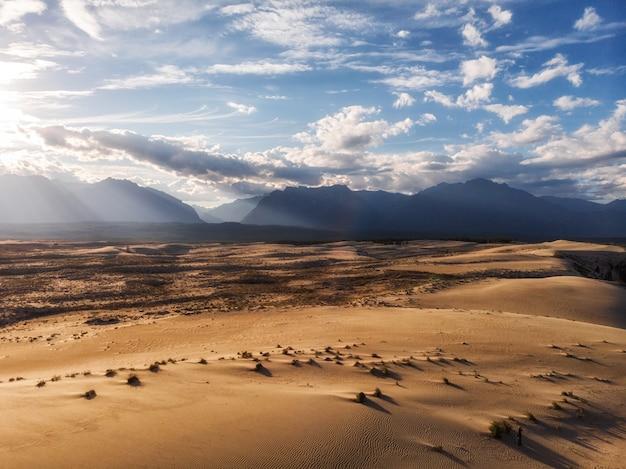Endlose wüste und blauer himmel hitze und dürre sky