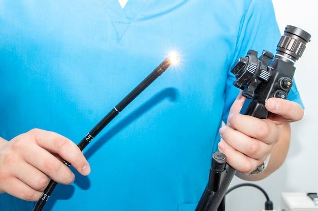 Endoskopie im krankenhaus. arzt hält endoskop vor der gastroskopie. medizinische untersuchung