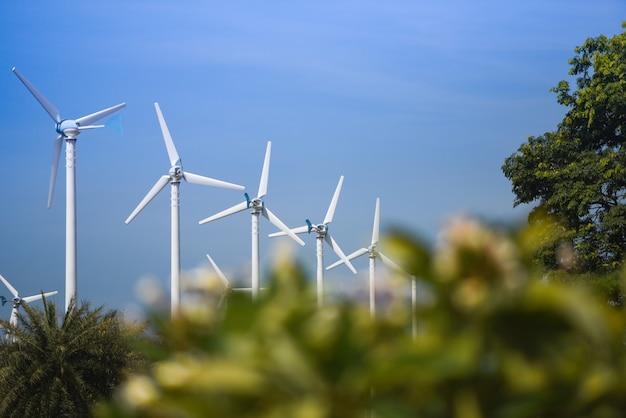 Energie-grün eco-energiekonzept der windkraftanlage landschaftsnatürliches am blauen himmel des windkraftanlagebauernhofes