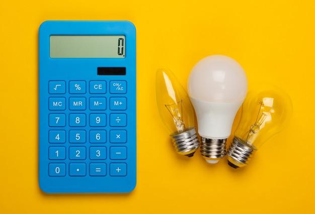 Energie sparen. rechner mit glühbirnen auf gelb.