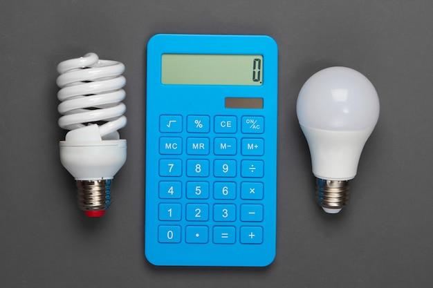 Energie sparen. rechner mit glühbirnen auf grau