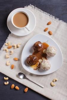 Energiebälle backen mit schokoladenkaramel und -kokosnuss auf weiß zusammen