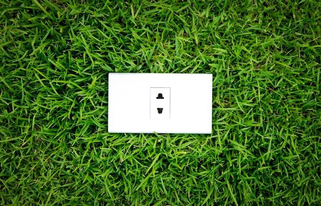 Energiekonzept auslass in frischem grünen gras frühjahr