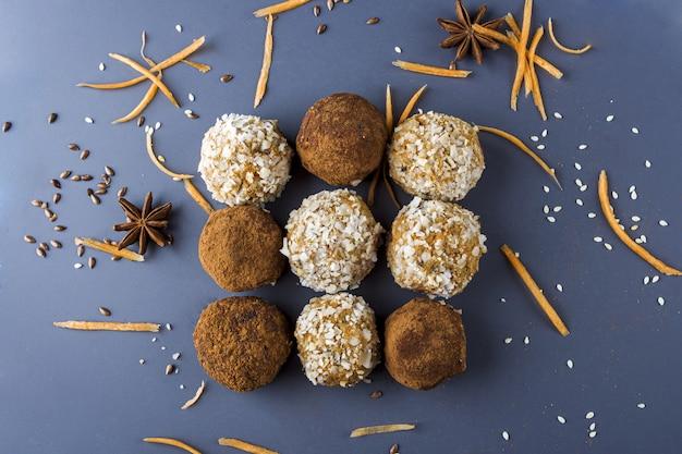 Energieproteinkugeln mit karotten, nüssen, kokosflocken und veganen schokoladentrüffeln