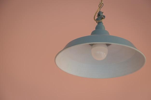 Energiespar-led-lampe mit vintage-hintergrund