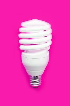 Energiesparende glühlampe auf rosa.