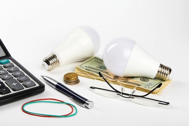 Energiesparlampe und geld. vor- und nachteile von energiesparlampen. energieeffizienzkonzept.