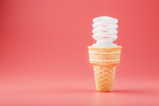 Energiesparschraube leichtes eis in einer waffeltüte auf pink.