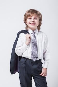 Energischer junger erfolgreicher geschäftsmann mit einer jacke über seinem sh