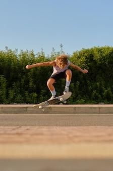Energischer skater springt mit skateboard