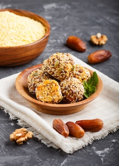 Energy ball kuchen mit getrockneten aprikosen, cornflakes, sesam, leinen, walnüssen und datteln