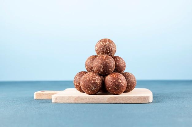 Energy balls sind ein gesunder trockenfrüchte-snack hausgemachte süßigkeiten pyramide