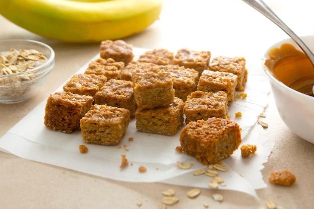 Energy bits, fudges haferflocken gesunder snack mit bananen, kokosöl, nüssen und samen, ansicht von oben