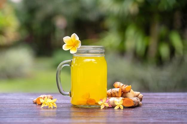 Energy tonic drink mit kurkuma, ingwer, zitrone und honig im glasbecher Premium Fotos