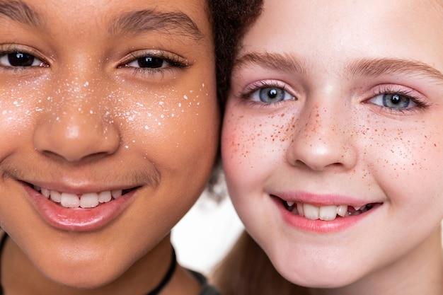 Eng stehen. gut aussehende, makellose kinder sehen ganz anders aus, wenn sie aus der nähe posieren