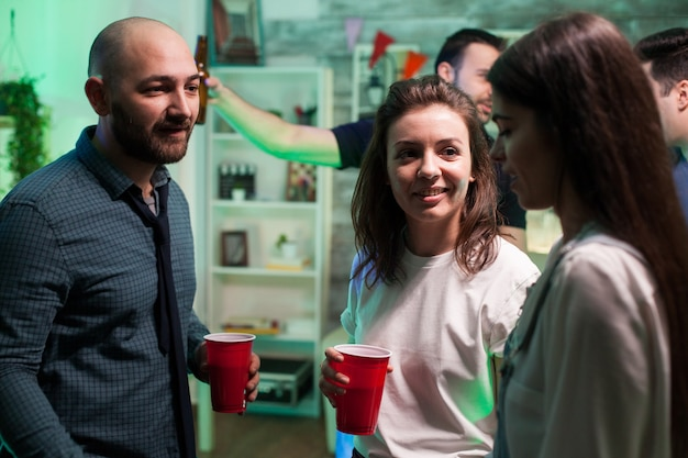 Enge freunde trinken bier und unterhalten sich auf einer party, die ihre freundschaft feiert