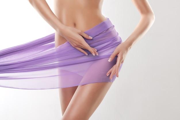Enge taille und geschwungene hüften, bedeckt von zarter seide weiche geste schlanker hände schönheit des weiblichen körpers
