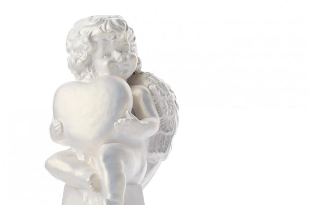 Engelsstatue lokalisiert auf weißer oberfläche, engel hält das herz, liebe
