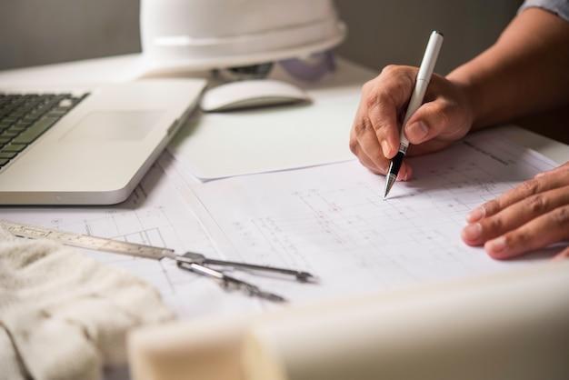 Engineering arbeitet an der konstruktion, konstruktion auf dem arbeitstisch mit arbeitsgeräten.