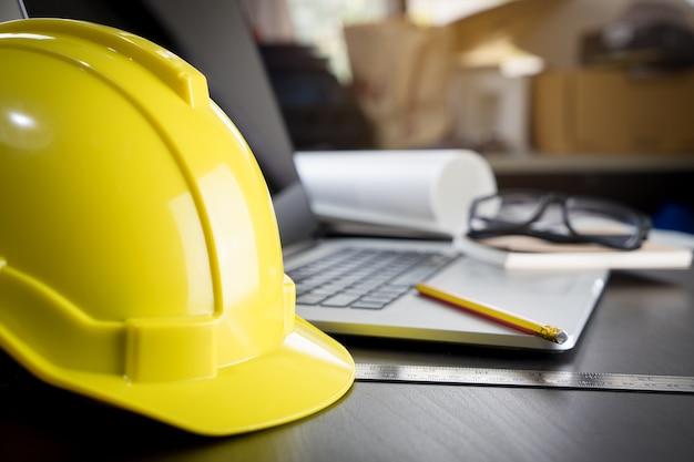 Engineering-arbeitstisch mit sicherheitshelm