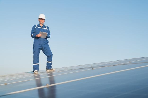 Engineering-team, das an der überprüfung und wartung von solarkraftwerken arbeitet