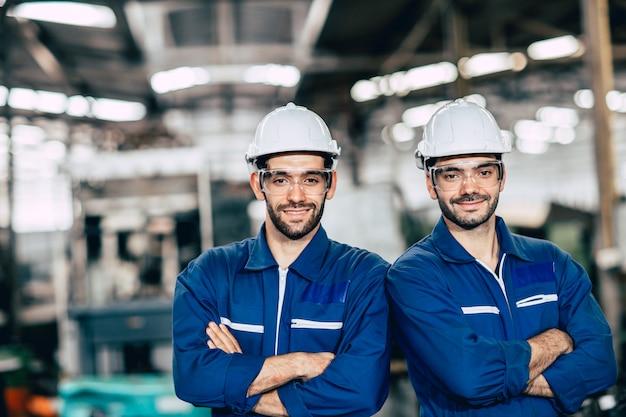 Engineering team porträt lächeln in schwerindustrie fabrik männer zusammenarbeiten. arm gekreuzte falte mit platz.