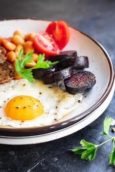 Englisch frühstück spiegelei frische blutwurst blutwurst müsli brot bohnen speck rührei