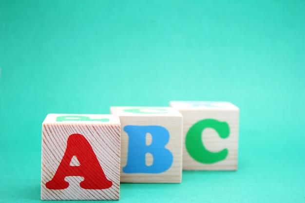 Englische abc-buchstaben auf hölzernen spielzeugblöcken. englisch lernen.