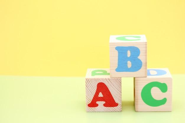 Englische abc-buchstaben auf hölzernen spielzeugblöcken.