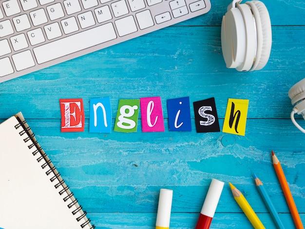 Englische beschriftung auf blauem hölzernem hintergrund