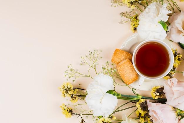 Englische draufsicht des tees und des gebäcks