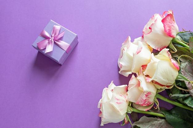 Englische rosafarbene zusammensetzung der festlichen blumen auf purpur