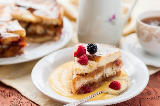 Englischer brotpudding mit äpfeln und moosbeeren