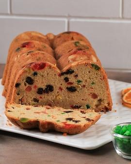 Englischer getrockneter obstkuchen. traditioneller weihnachtskuchen mit mandeln, trockenfrüchten, datteln, kandierten früchten. obstkuchen für silvester und weihnachten, mit weihnachtsschmuck