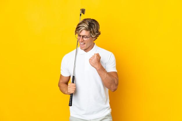 Englischer mann auf isoliertem weiß, das golf spielt und einen sieg feiert