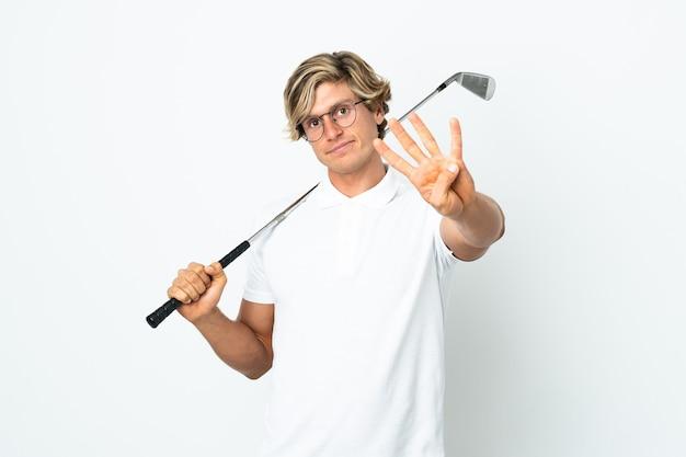 Englischer mann, der glücklich golf spielt und vier mit den fingern zählt