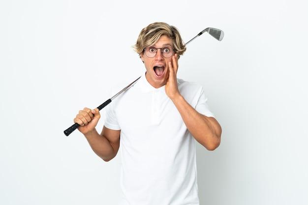 Englischer mann, der golf mit überraschung und schockiertem gesichtsausdruck spielt