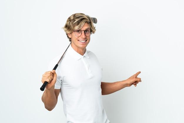 Englischer mann, der golf spielt, der zurück zeigt